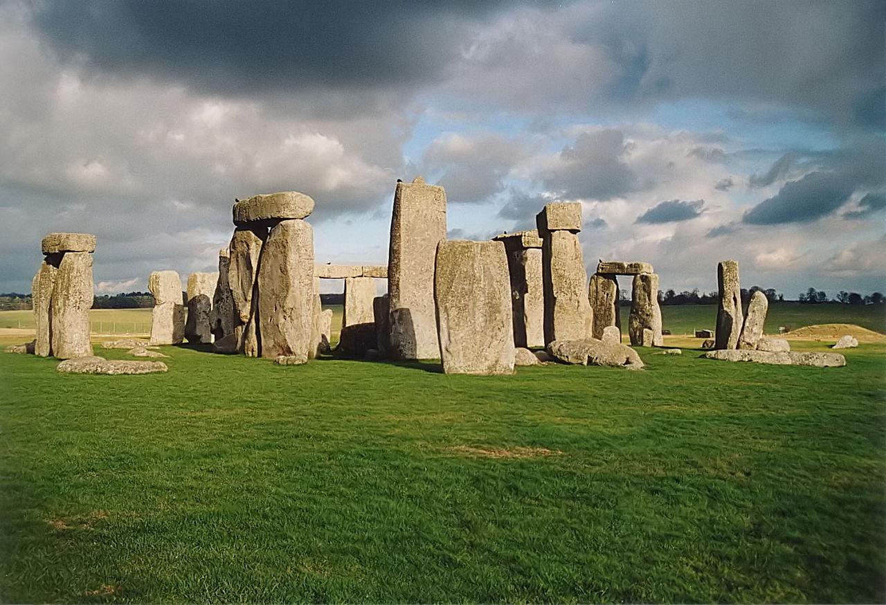 1280px-Stonehenge_back_wide