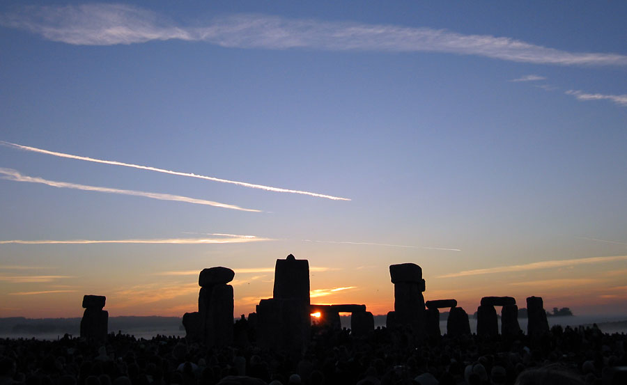 Summer_Solstice_2005_Sunrise_over_Stonehenge_01